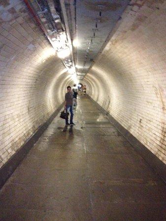 Greenwich Foot Tunnel: Sotto il Tamigi...