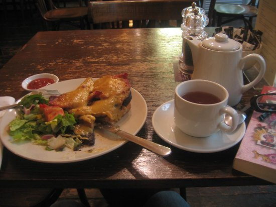 Garlands Eatery and Coffee House: Welsh rarebit with black pudding and Darjeeling tea