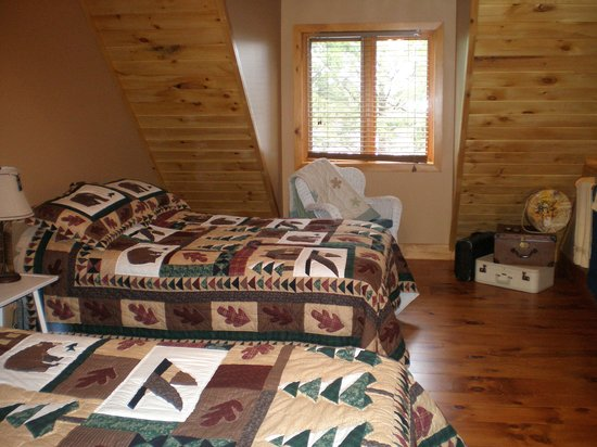 Algonquin's Hemlock Point : Extra-large East Wing Bedroom with Queen & Double Beds.  Great lake views!