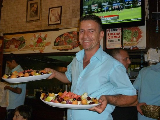 Bitez Pedesa Restaurant: very friendly staff and complementary fruit and the end of your meal