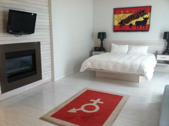 Bungalow Hotel: fireplace & flatscreen- nice touch!
