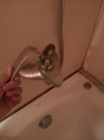 Cebu Parklane International Hotel: shower knob broken