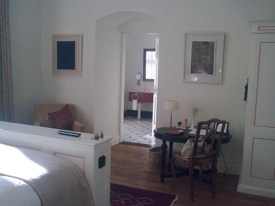 Padaste Manor: view towards bathroom