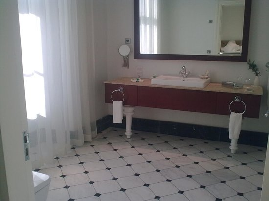 Padaste Manor: bathroom with window
