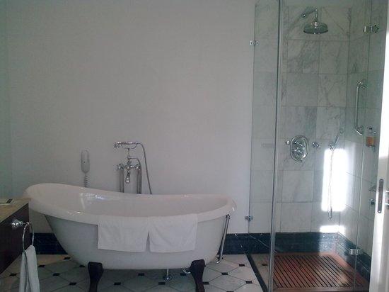 Padaste Manor: bath and shower