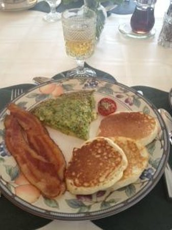 Wooden Duck B&B: yummy quiche, pancakes, and bacon!
