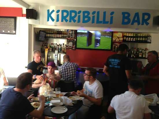 Kirribilli Guest House: Enjoying our takeaway and the football before the Stag night