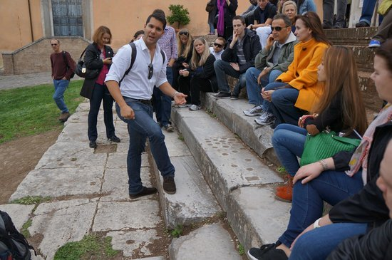 Dolce Vita Rome : Alex explaining why the dimples are in the steps