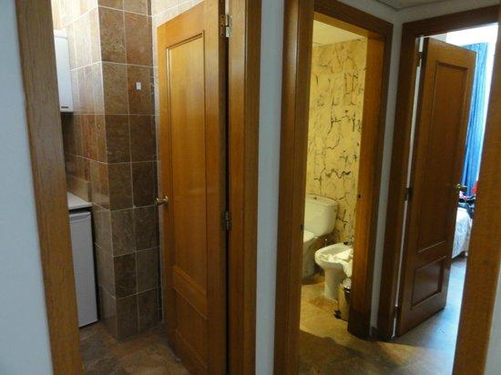Hotel Ayron Park: Vanuit kamer naar keuken/badkamer/slaapkamer