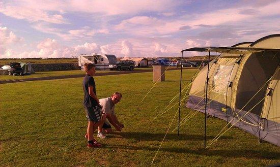 Nagle's Doolin Camping & Caravan Park: Setting up tent
