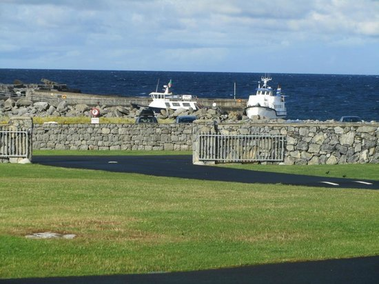 Nagle's Doolin Camping & Caravan Park: The boats to Aran Islands view from tent