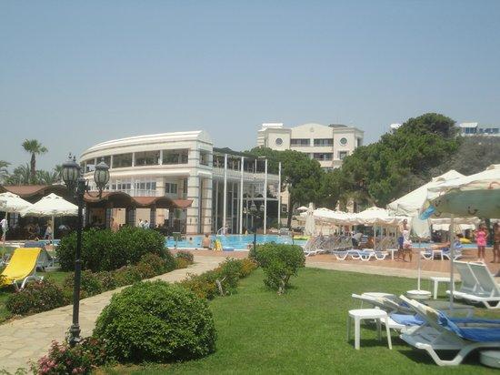 TUI Magic Life Belek: Restaurant und Poolbereich
