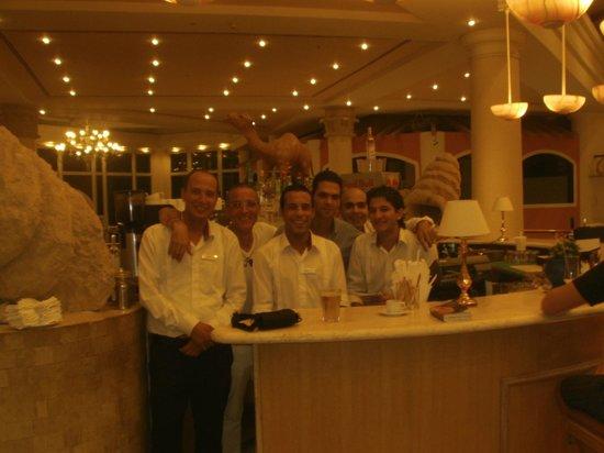 Hilton Sharm Waterfalls Resort : L'equipe du lobby, bar latino