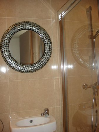 Le Vert Hotel: Nice clean bathroom