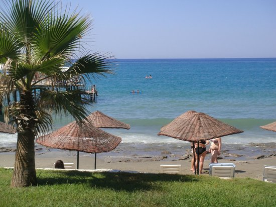 Anitas Hotel: Plaża - widok od strony basenu/baru.