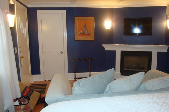 Maine Stay Inn and Cottages: Fireplace