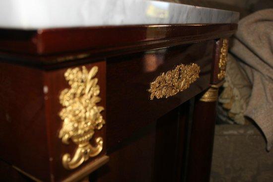 500 Bed and Breakfast : Шикарная мебель