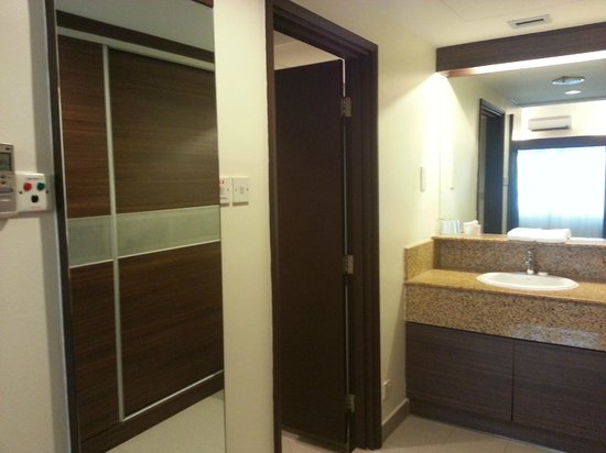 Crown Regency Serviced Suites: view to the toilet