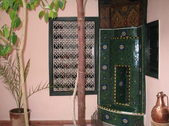 Dar Choumissa: Fontana del patio