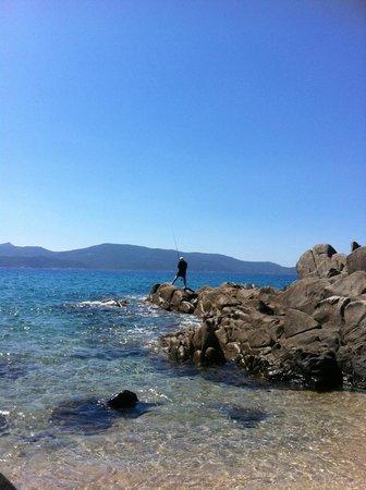 Hôtel Abbartello : dans les rocher en fin de plage