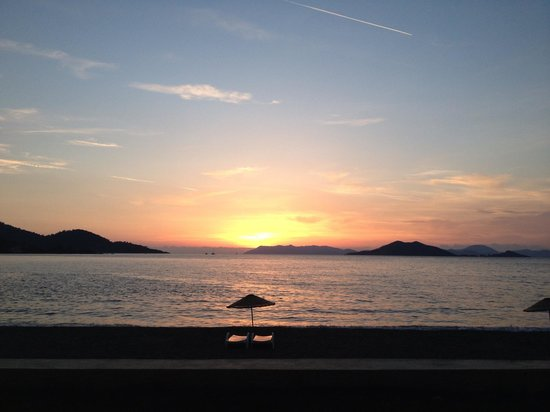 Hotel Club E: Beautiful sunset on the beach
