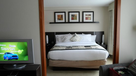 Embassy Suites by Hilton Montreal : Comfy bed