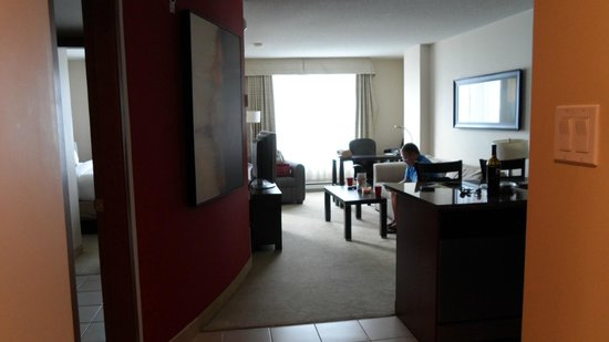 Embassy Suites by Hilton Montreal : Large comfortable king suite