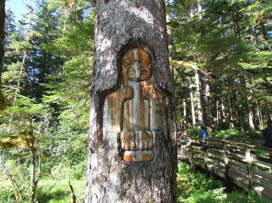 Glacier Bay Lodge: tree carving in Barlett Cove
