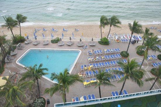 Ocean Sky Hotel & Resort : Beach and pool area