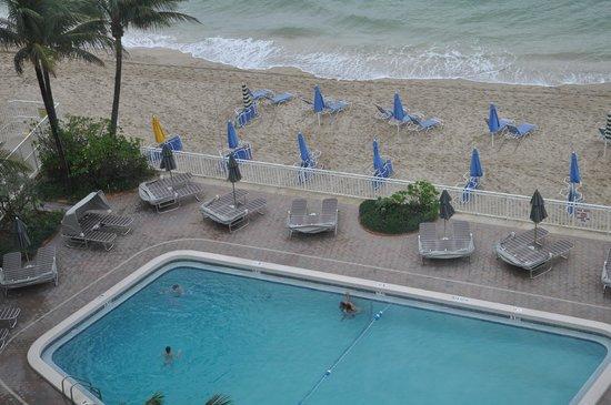 Ocean Sky Hotel & Resort: Beach and pool area