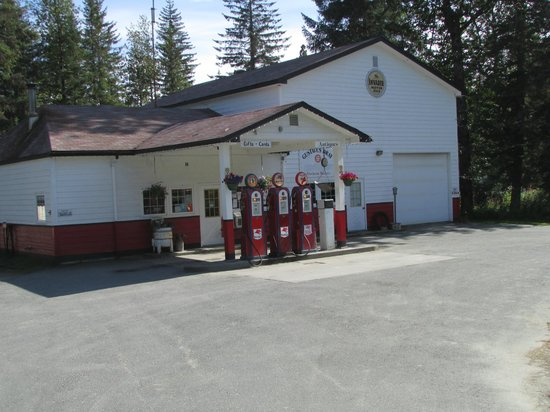Glacier Bay Lodge: gas station scene on way to lodge