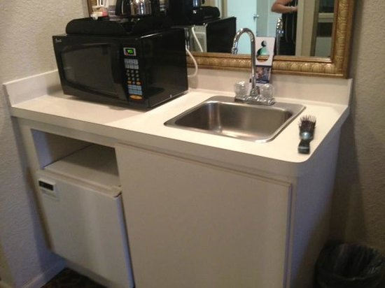 Best Western Plus Westchase Mini-Suites: Cute little sink with the microwave and refrigerator