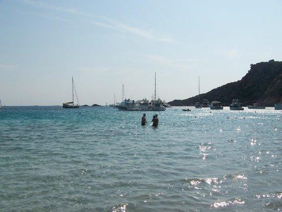 Roccapina Beach : mare con imbarcazioni