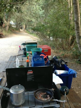 Jellystone RV Park and Camp Resort: Cooking Breakfast at P17