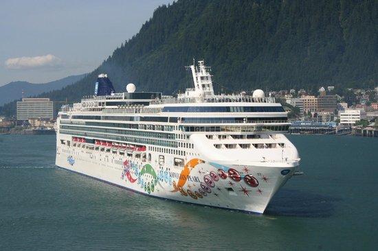 Alaska Icefield Expeditions : NCL Cruise ship at Juneau, Alaska