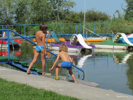 Bungalow Park: Спуск в воду и катамараны отеля. Прокат 4 евро в час.