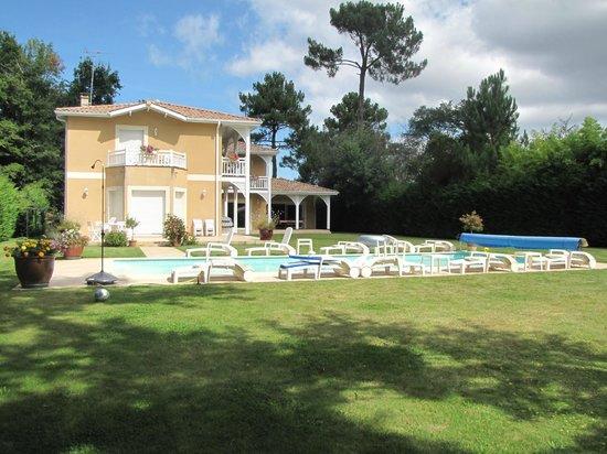 Parc et piscine picture of le clos d 39 ignac lege cap for Piscine clos d or grenoble
