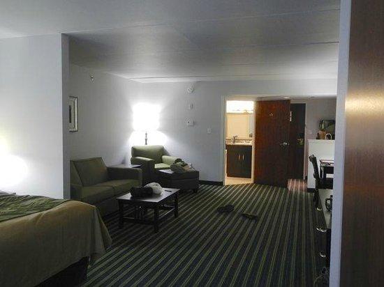 Comfort Inn & Suites : Suite view towards bathroom & entrance.