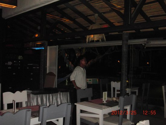 Punnpreeda Beach Resort: Empty restauran, but perfect Waiter