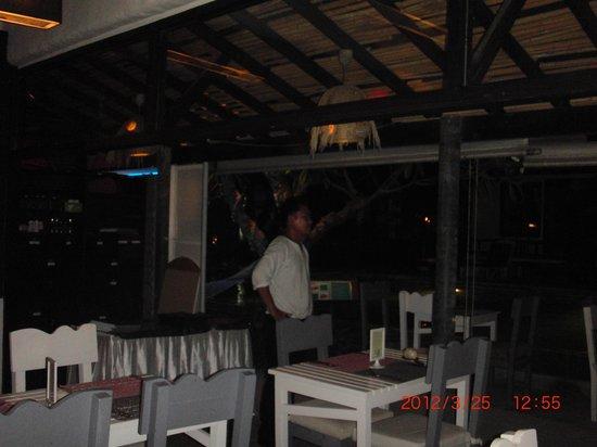 Punnpreeda Beach Resort : Empty restauran, but perfect Waiter