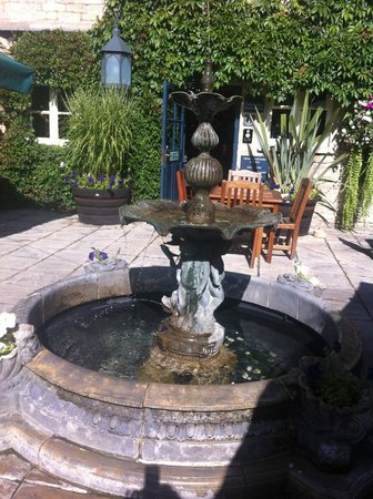 The Swan Hotel: Fountain in the garden of The Swan