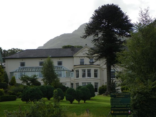 The Royal Victoria Hotel Snowdonia: Pictireous front of Royal Victoria Snowdonia Hotel at Llanberis, Wales