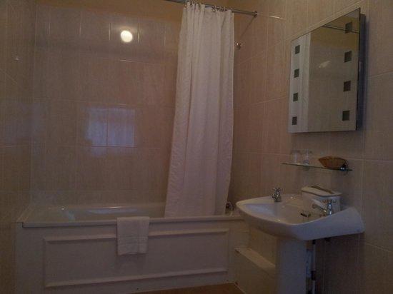 The Courtlands Hotel: HUGE bathroom (103)