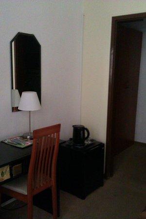 King's Hotel: В номере есть чайник и холодильник