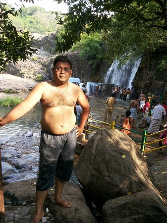 Tirunelveli, India: bathing at the agathiar falls