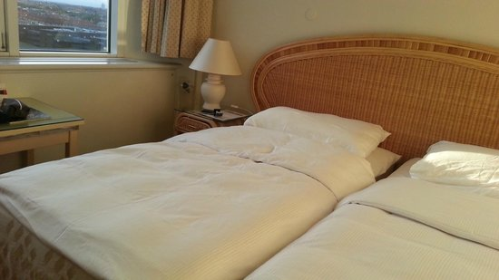 Radisson Blu Falconer Hotel & Conference Center: Split beds with dodgy sheets