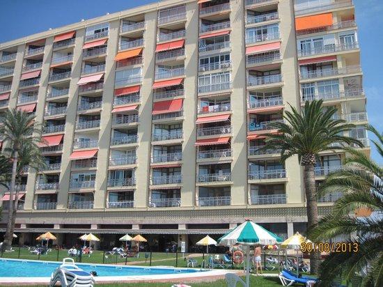 Apartamentos Torre de la Roca : forsiden med pool