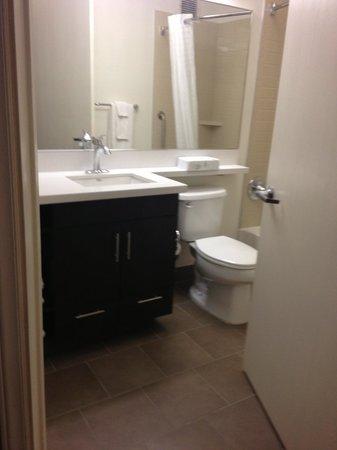 Candlewood Suites - Hampton : Bathroom