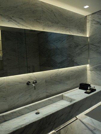 La Suite West - Hyde Park: Bathroom