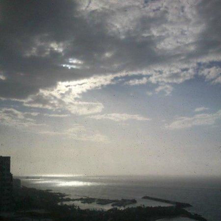 Hotel Miramar Suites: Vista del mar desde el Restaurante del Hotel, foto tomada por mi pareja.